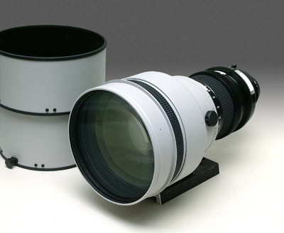 Tochigi Nikon 300mm T2.2 lens with lens hood to the side (39,443 bytes)